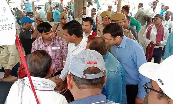 कल होने वाले मतदान के लिए पोलिंग पार्टियां रवाना, मतदान केन्द्रों पर सुरक्षा चौकस