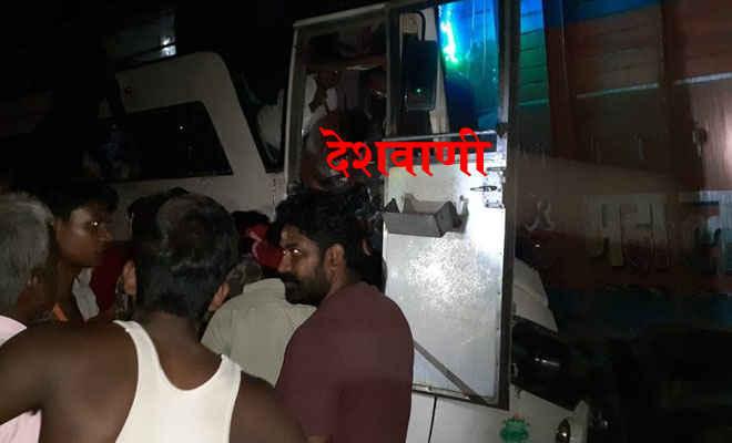 मोतिहारी के पीपरा में एनएच 28 पर खड़े ट्रक से बेतिया जा रही जयमाता दी बस टकराई, दो की मौत, कई घायल