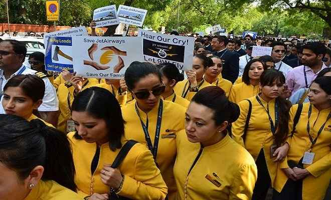 जेट एयरवेज के कर्मचारियों ने दिल्ली के सफदरजंग हवाई अड्डे के बाहर किया प्रदर्शन
