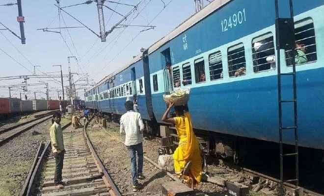 रेलवे ने महिला यात्रियों को दी खास सुविधा! मुसीबत में ट्रेन के गार्ड और मोटरमैन से कर सकेंगी संपर्क