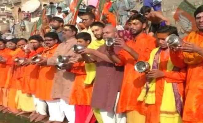 नरेन्द्र मोदी के राज्याभिषेक के पहले काशी में समर्थकों ने किया मां गंगा का दुग्धाभिषेक