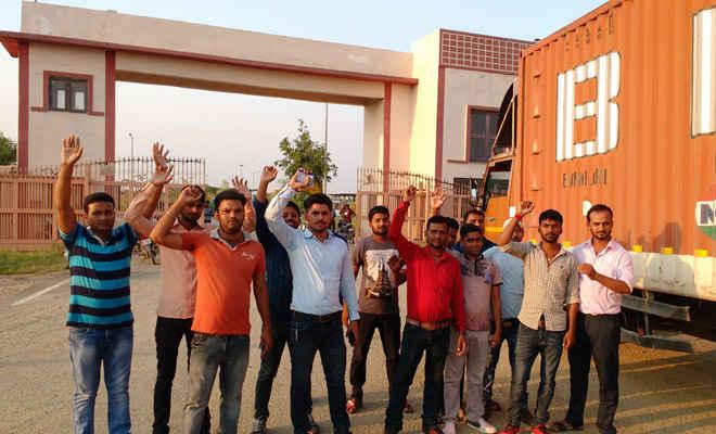 दो महीने से वेतन बंद, कर्मियों ने रक्सौल आईपीसी गेट पर धरना-प्रदर्शन, दो घंटे तक कामकाज बंद