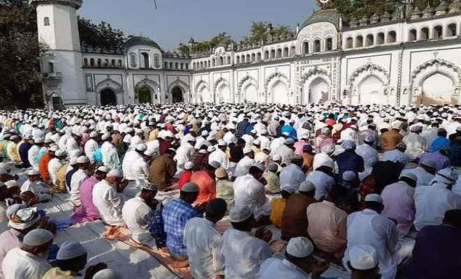 धूमधाम से मनाया जा रहा है ईद-उल-फितर का त्यौहार, ईदगाहों पर सुरक्षा के माकूल इंतजाम
