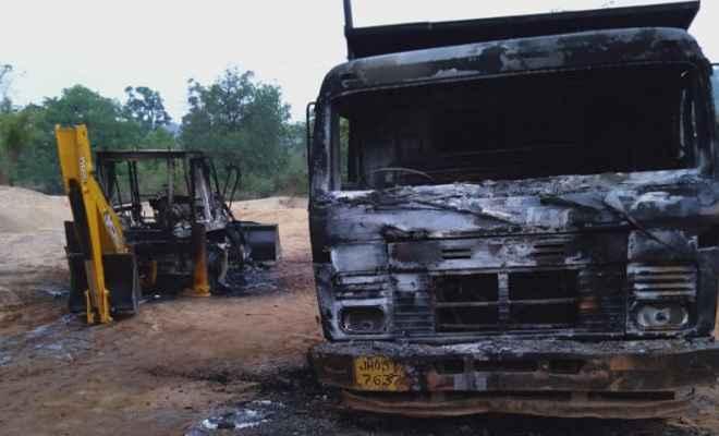 सिमडेगा में हथियारबंद उग्रवादियों का कहर, सड़क निर्माण में लगे वाहनों को फूंका