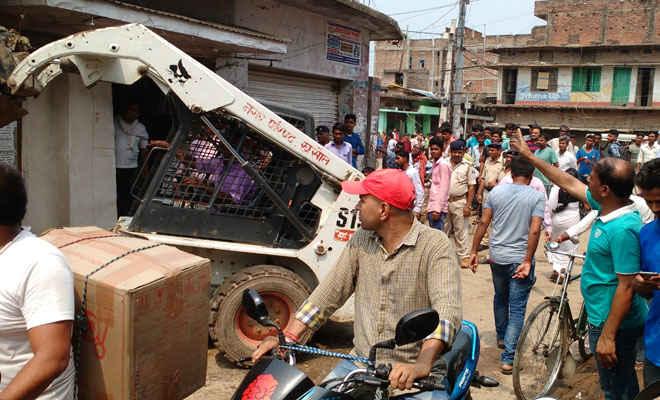 रक्सौल में तिसरे दिन भी चला अतिक्रमाणकारियों पर प्रसासनिक डंडा, दुकानदारों ने किया विरोध