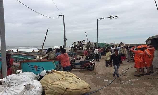 चक्रवाती तूफान 'वायु' की रफ्तार हुई तेज, 2.91 लाख लोगों को सुरक्षित स्थानों पर भेजा गया