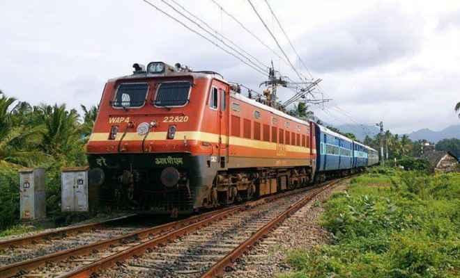 चक्रवात 'वायु' ने बदली दिशा, रेलवे ने रद्द कीं 77 ट्रेनें, 33 अन्य आंशिक रूप से रोकी गईं