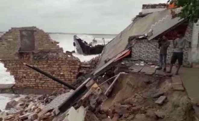 गुजरात: चक्रवाती तूफान 'वायु'का असर, पोरबंदर में 50 साल पुराना भूतेश्वर मंदिर ढहा