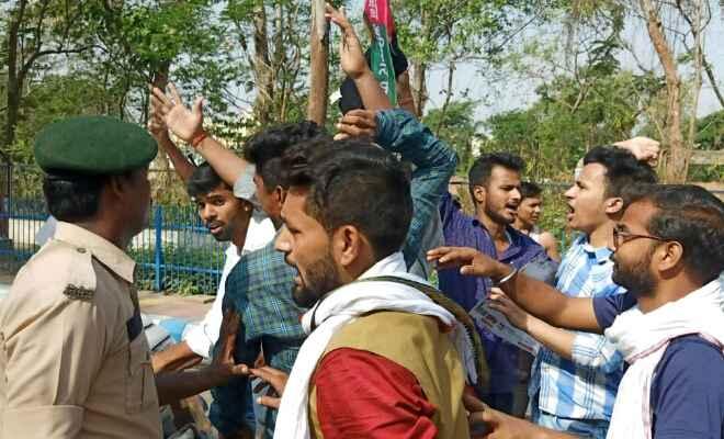 केंद्रीय स्वास्थ्य मंत्री डॉ हर्षवर्द्धन को जन अधिकार छात्र परिषद के छात्रों ने काला झंडा दिखाकर किया विरोध प्रदर्शन