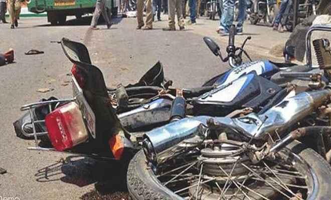 सड़क हादसे में बाइक सवार तीन लोगों की दर्दनाक मौत, बस में पीछे से मारी टक्कर