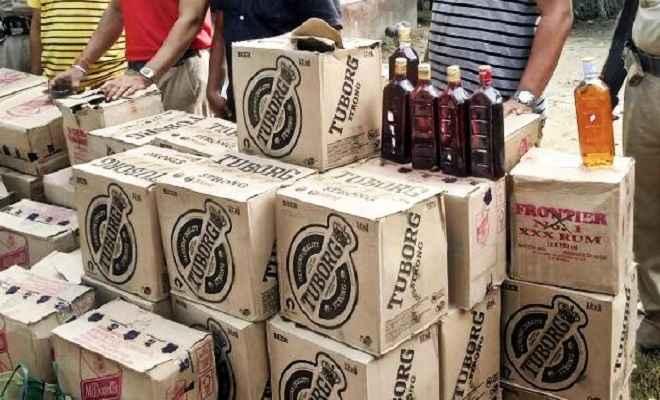 ट्रक पर लदी भारी मात्रा में अवैध विदेशी शराब बरामद, जांच में जुटी पुलिस