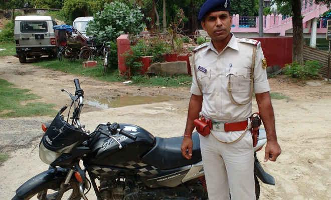 पुलिस ने रक्सौल में बिना नम्बर की ग्लैमर बाइक बरामद की, किसी ने दावेदारी पेश नहीं की
