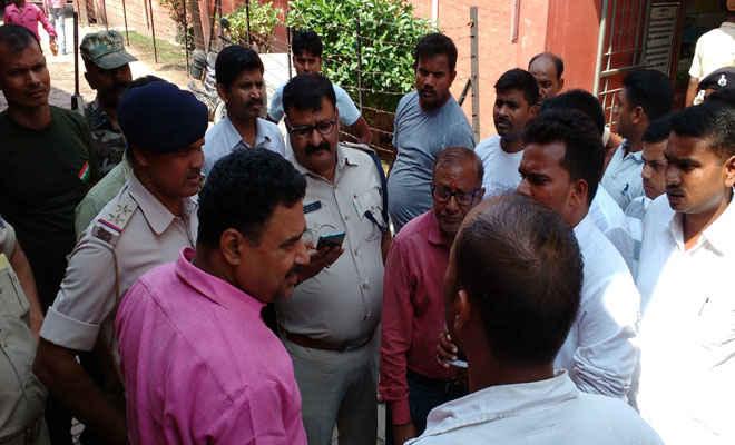 रक्सौल डीएसपी के गार्ड सड़क दुर्घटना में गंभीर घायल, मोतिहारी पुलिस एसोसिएशन व एसएसबी जवानों ने किए रक्त दान