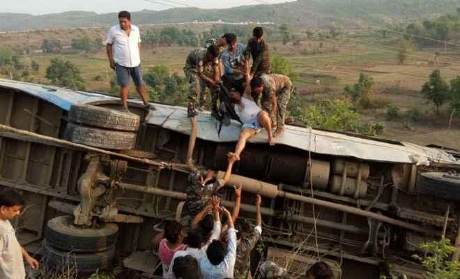 गढ़वा में भीषण सड़क हादसा, बस के खाई में गिरने से छह की मौत, 40 घायल