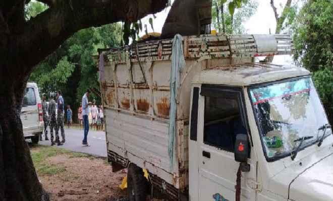मजदूरों से भरी गाड़ी पेड़ से टकरायी, एक की मौत, कई घायल
