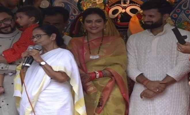 जगन्नाथ रथ यात्रा में शामिल हुई मुख्यमंत्री ममता और नुसरत जहां, मंदिर में की पूजा-अर्चना