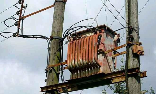 मोतिहारी के कुछ इलाकों में बिजली ना रहने से लोगों को हो रही है काफी परेशानी