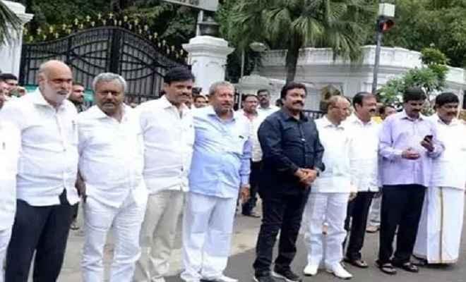 कर्नाटक संकटः बागी विधायकों को मिला ये बड़ा ऑफर, उपमुख्यमंत्री आवास पर आज बैठक