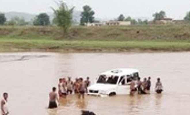 नदी से निकाली बीडीओ की कार, बाढ़ में बह गयी थी टाटा सुमो