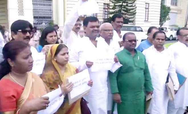 मॉनसून सत्र: चमकी बुखार के मुद्दे पर बिहार विधानसभा के बाहर विपक्ष का हंगामा, मांगा स्वास्थ्य मंत्री का इस्तीफा