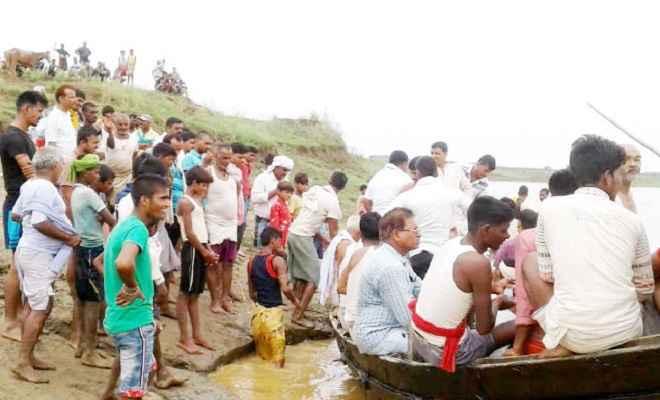 नदी में ओवरलोड नाव पलटी, नाव पर सवार थे 40-50 लोग, दो शव बरामद, तीन अब भी लापता
