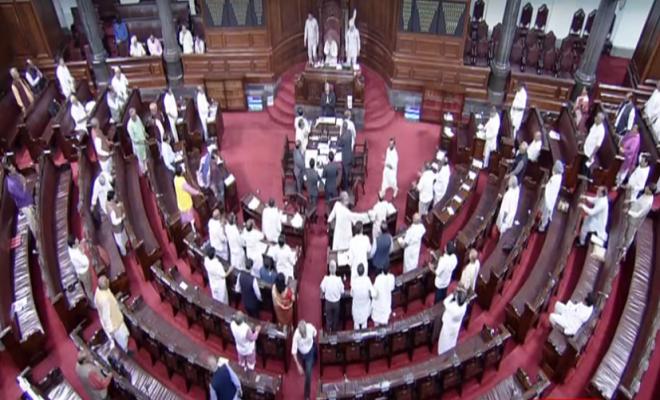 राज्यसभा: हंगामा कर रहे कांग्रेस सदस्यों को सभापति नायडू की फटकार, कहा-खतरे में न डालें लोकतंत्र