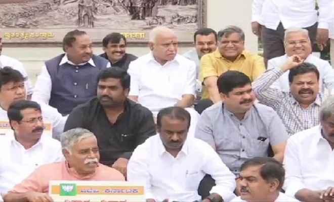 मुख्यमंत्री कुमारस्वामी के इस्तीफे पर अड़ी भाजपा, विधानसभा के बाहर धरने पर बैठे विधायक