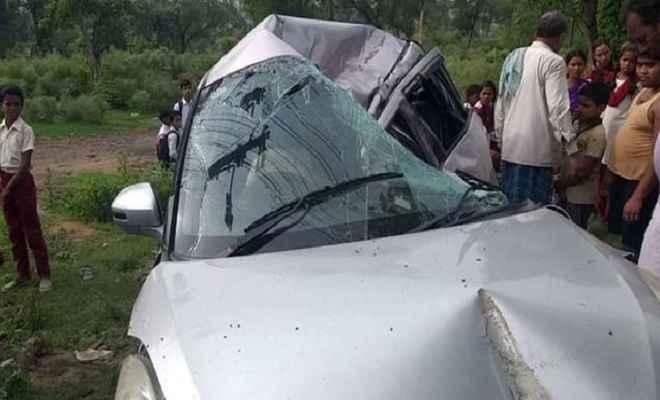भीषण सड़क हादसे में दो युवकों की मौत, तीन की हालत गंभीर