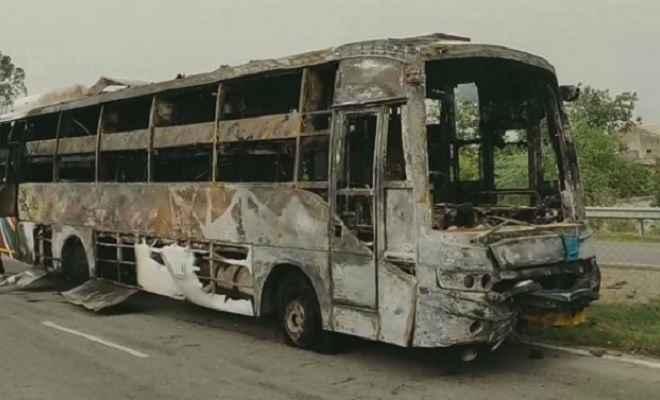 दिल्ली से जम्मू जा रही टूरिस्ट बस में लगी आग, दो यात्री की मौत कई घायल
