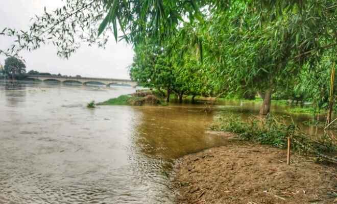 बाढ़ के पानी से घिरे कई गांव, यातायात के लिए निजी नाव का सहारा