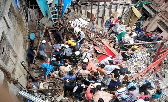 मुंबई में चार मंजिला इमारत ढही, मलबे में 50 लोग दबे, राहत बचाव कार्य जारी