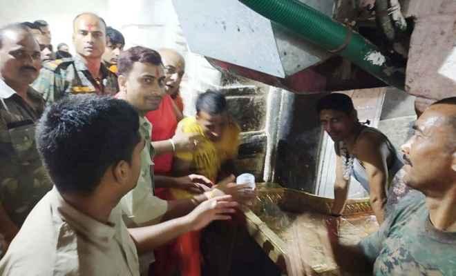 बाबाधाम में उमड़ा भक्तों का जनसैलाब, कांचा जल पूजा के बाद कांवड़ियों ने किया भगवान भोलेनाथ का जलार्पण