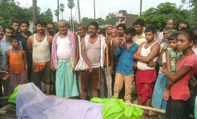 बस पलटने से कंडक्टर की हुई मृत्यु पर ग्रामीणों ने शव को सड़क पर रख रोड तीन घण्टे तक किया जाम