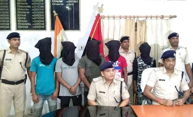 बेतिया में एक देसी कट्टा और दो कारतूस के साथ पांच गिरफ्तार