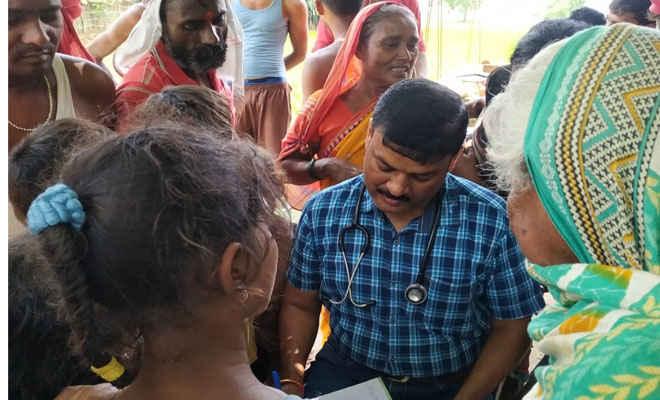 बाढ़ में लोगों को बीमारियों से निजात के लिए रक्सौल के सीमाई क्षेत्र में लगा मेडिकल कैंप