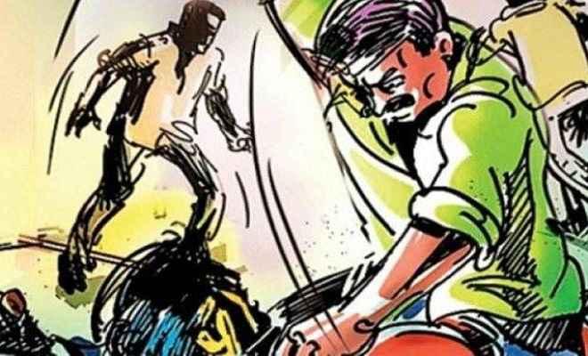 चोरी के आरोप में महिला को निर्वस्त्र कर पति के सामने घंटों पीटती रही भीड़