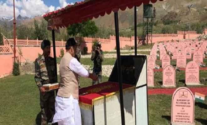 रक्षा मंत्री राजनाथ सिंह पहुंचे द्रास, करगिल युद्ध स्मारक में शहीद जवानों को दी श्रद्धाजंलि