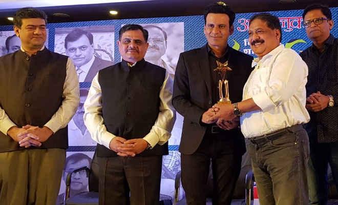 पद्मश्री डॉ नरेन्द्र व सुपर थर्टी के आनंद कुमार के साथ 32 शख्सियतों में मोतिहारी के सर्जन डॉ शरण भी, मनोज बाजपेयी ने किया सम्मानित