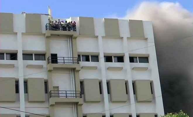 बांद्रा में एमटीएनएल बिल्डिंग में भीषण आग, छत पर फंसे 100 कर्मचारी को निकालने का काम जारी