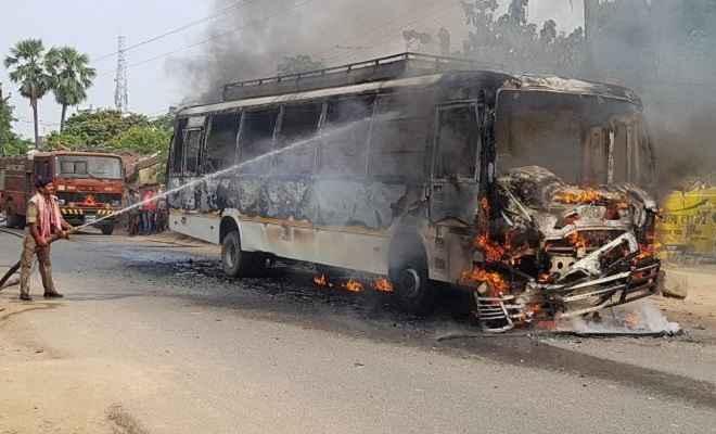 तेज रफ्तार बस की चपेट में आने से बाइक सवार की मौत, उग्र भीड़ ने बस में लगाई आग