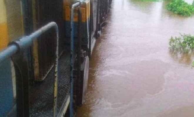 मुंबई: भीषण बारिश में अटकी महालक्ष्मी एक्सप्रेस, ट्रेन में फंसे 500 यात्रियों को बचाया गया
