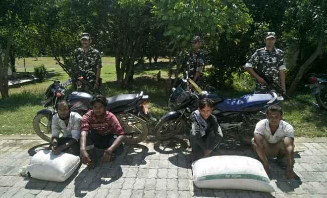 एसएसबी ने भारत में नेपाल से तस्करी कर लाये जा रहे काली मिर्च के साथ 4 तस्करों को किया गिरफ्तार