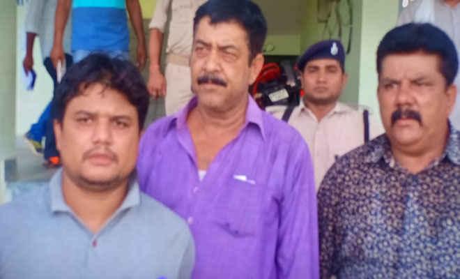 मोतिहारी के ढाका एसडीएम कार्यालय के नाजीर सह पेशकार घूस लेने के आरोप में गिरफ्तार, निगरानी ने कहा- 25 हजार लेते रंगे हाथ पकड़ा