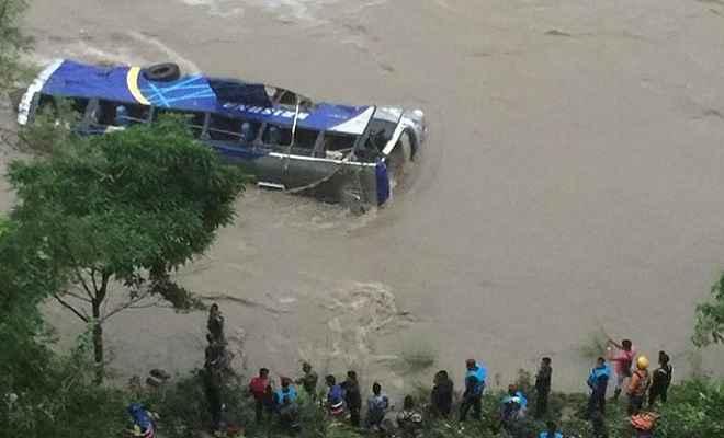 नेपाल: त्रिशूली नदी में गिरी बस, 5 लोगों की मौत, 16 घायल, तलाश जारी