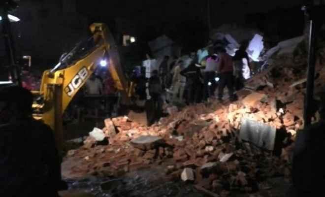 गुजरात:  तीन मंजिला इमारत गिरने से 4 लोगों की मौत, राहत एवं बचाव कार्य जारी
