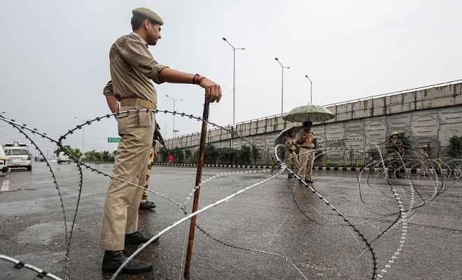 जम्मू-कश्मीर में प्रतिबंधों में ढील, लेकिन सुरक्षा के कड़े इंतजाम के बीच मनाई जाएगी ईद