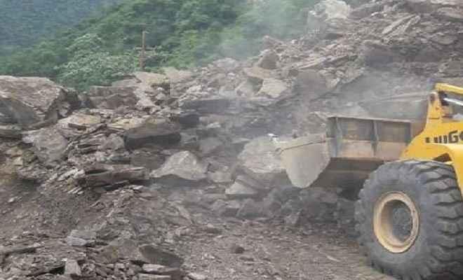 चमोली में हाईवे पर कई जगह पहाड़ी से गिरा मलबा, बदरीनाथ और हेमकुंड यात्रा रुकी, अगले 24 घंटे में भारी बारिश का अलर्ट