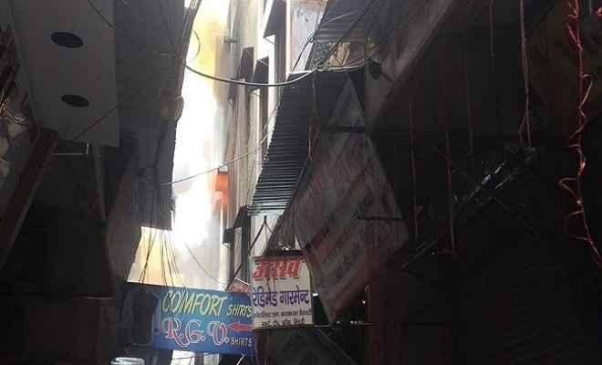 दिल्ली के गांधी नगर मार्केट में भीषण आग, दमकल की 21 से ज्यादा गाड़ियां पहुंची