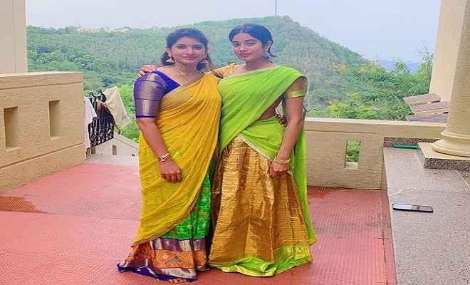ट्रेडिशनल साउथ इंडियन ड्रेस में नजर आईं जाह्नवी,  मां श्रीदेवी के बर्थडे पर की तिरुपति मंदिर में पूजा