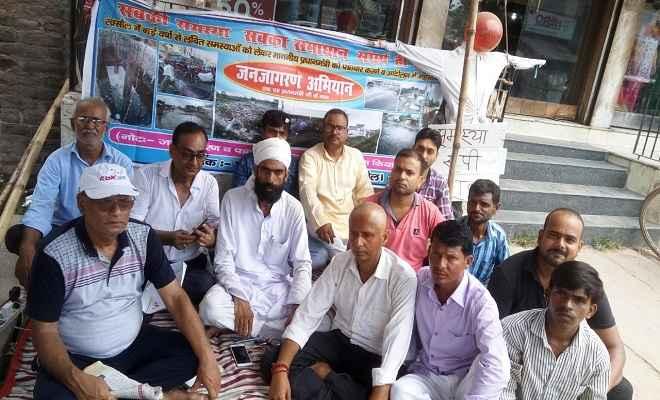 विभिन्न समस्याओं के समाधान की मांग को लेकर स्वच्छ रक्सौल संस्था द्वारा धरना आज तीसरा दिन भी जारी रहा